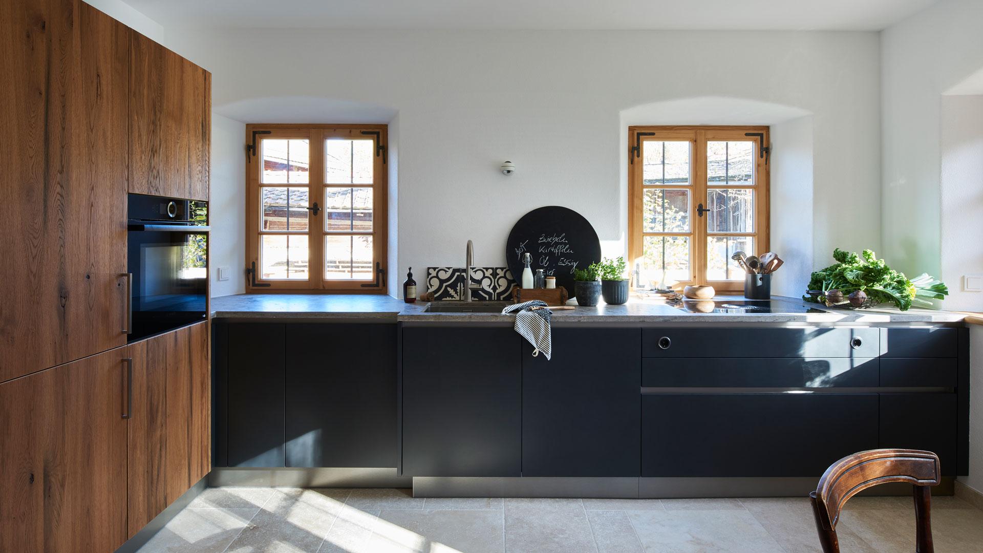 Schwarze Küche in altem Bauernhaus