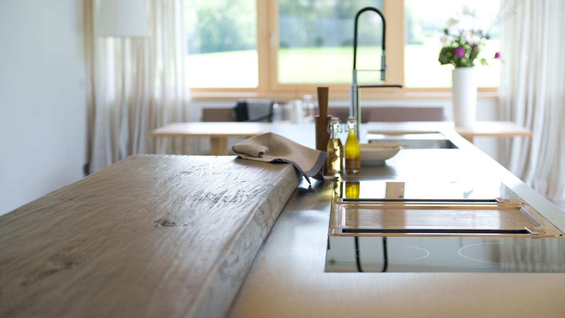 weisse Küche mit Holztheke