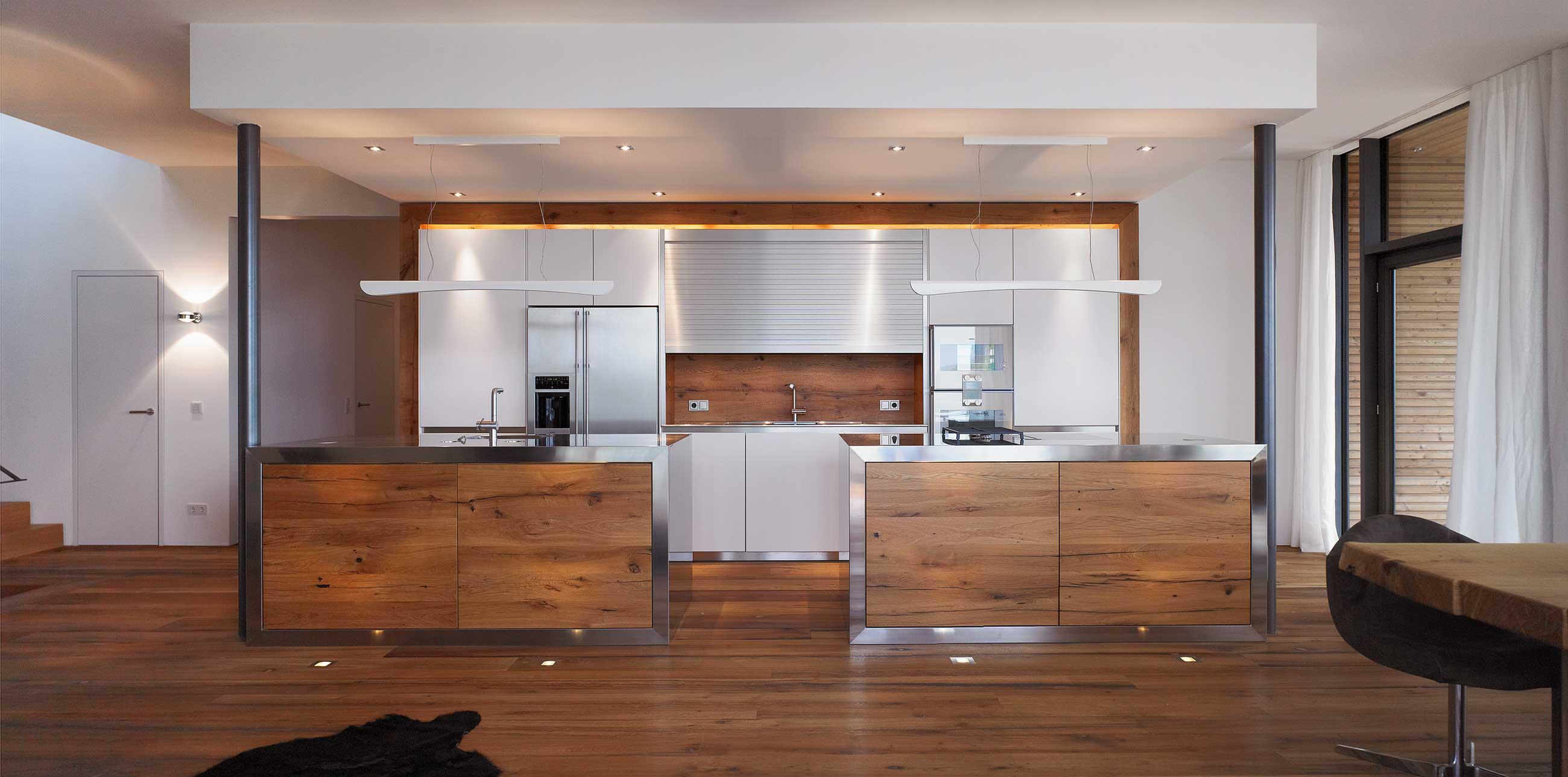Küchentreff: Kühles Edelstahl trifft auf warmes Eichenholz ...