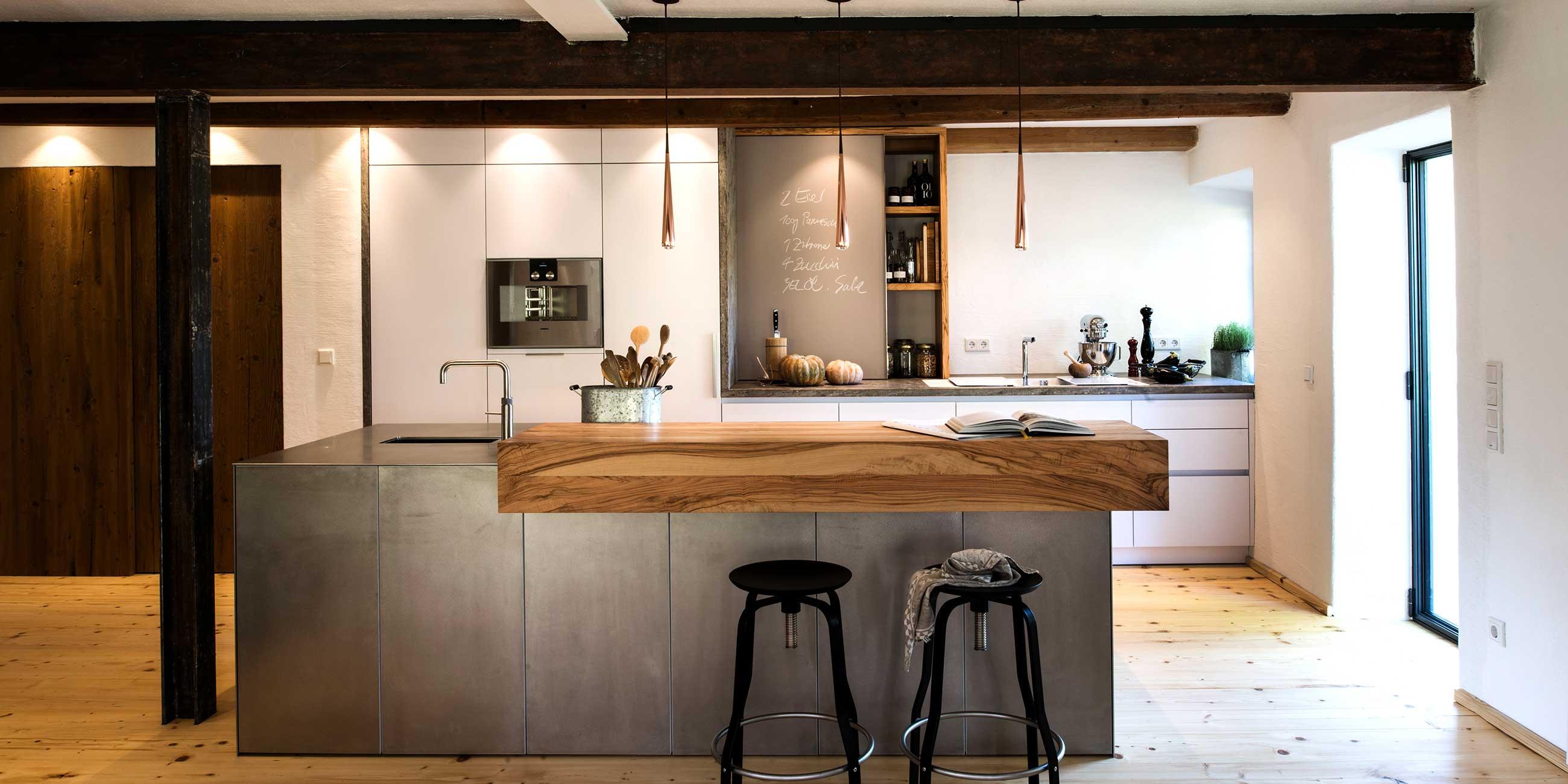 Moderne Kuche In Rustikalem Bauernhaus Werkhaus Kuchen Designkuchen Aus Rosenheim